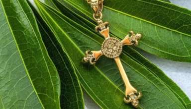 Why go for a splendid cross necklace for women